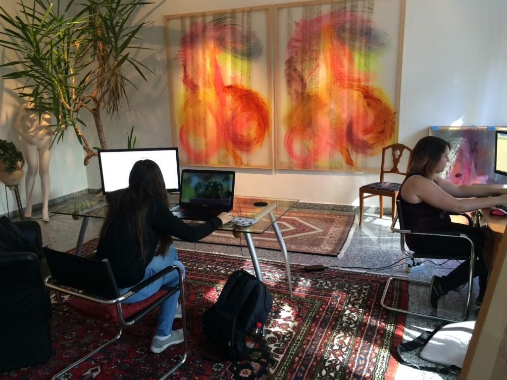 Julia und Verena bei der Arbeit