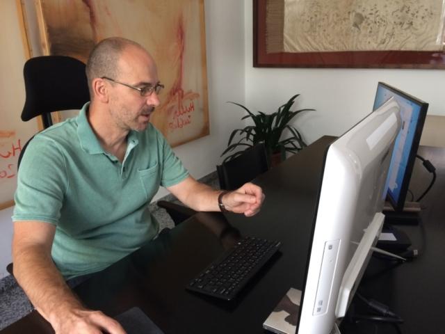 Mag. Rudolf Heller im Büro wienerhomepages